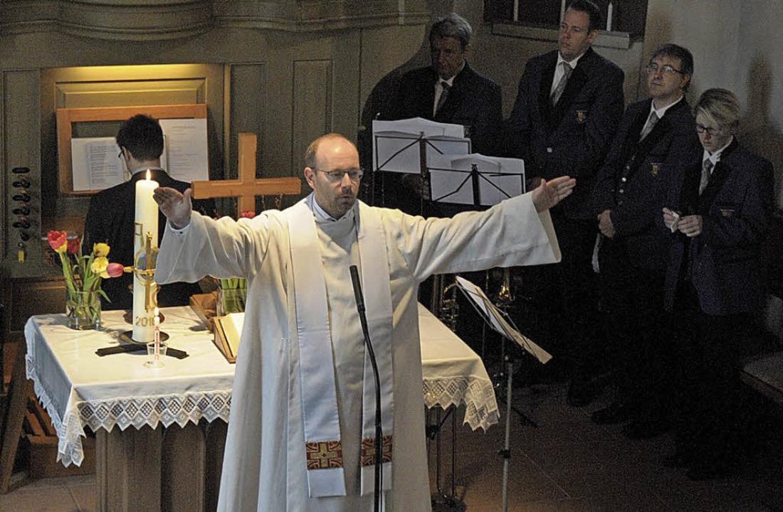 Ostersonntag: Den festlichen Gottesdie... zum Abschluss spendete er den Segen.   | Foto: Langelott (2)/Ounas-Kräusel/Fiedler