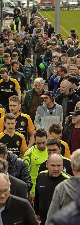 Als die Spieler bereits kamen, standen die Fans noch in der Schlange.  | Foto: Sebastian Koehli