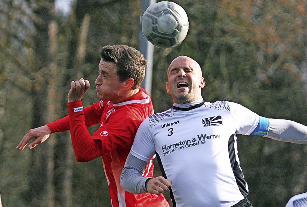 Kopfballduell zwischen dem Löffinger A...i ging es für die Villinger nicht ab.   | Foto: Dieter Reinhardt