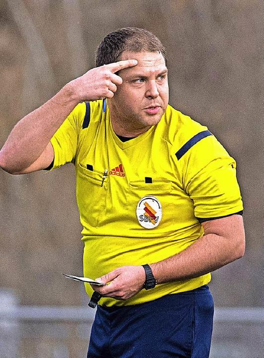 Wem zeigt der Schiedsrichter hier den Vogel? Die feine Art ist das nicht.  | Foto: Wolfgang Scheu