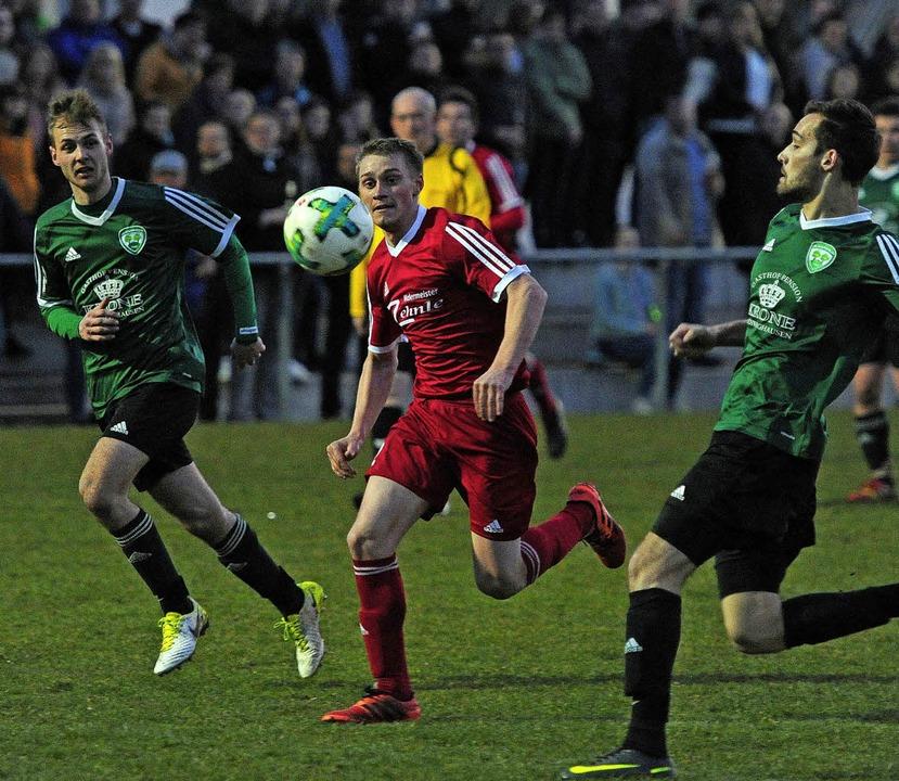 Die  Schweighausener   Dennis Binder (...  Marius Stasaitis den Ball anzujagen.  | Foto: Pressebüro Schaller
