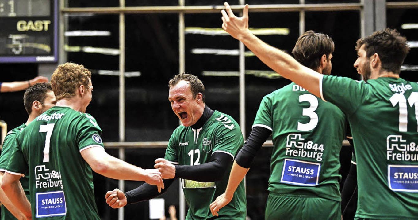 Spiel herumgerissen: Von den FT-Volley...e und August Sigle fällt eine Last ab.  | Foto: Patrick seeger