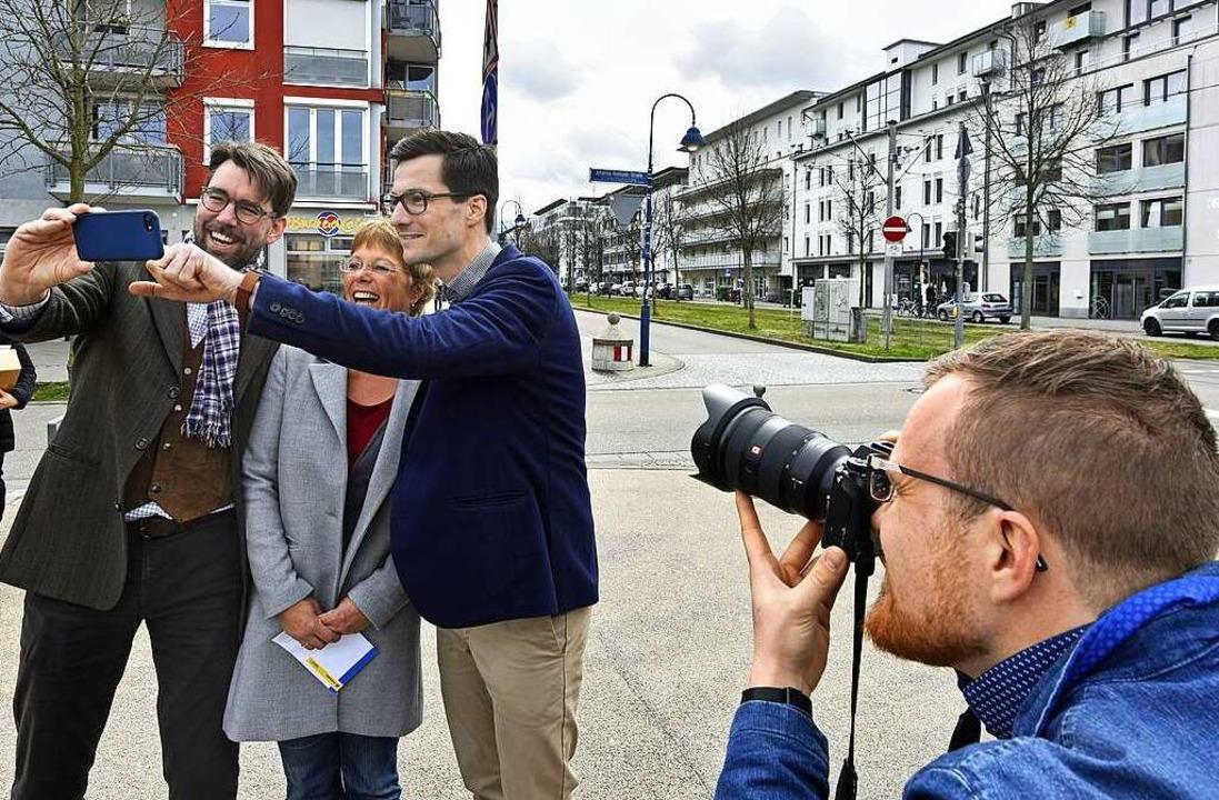 Ein Foto vom Selfie: Fionn Große (rechts) unterstützt Martin Horn im Wahlkampf.  | Foto: Michael Bamberger