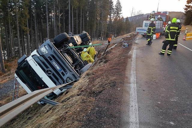 B 317 bei Bärental gesperrt – Umgekippter Lkw wird geborgen