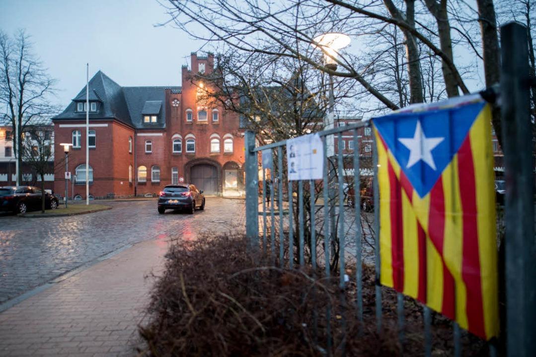 Eine Estelada Blava, die Fahne der kat...ten, hängt am Zaun der JVA Neumünster.    Foto: dpa