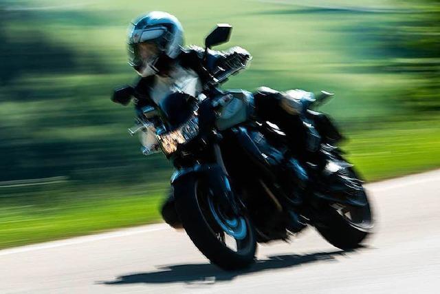 Wegen Motorrädern von der Straße abgekommen