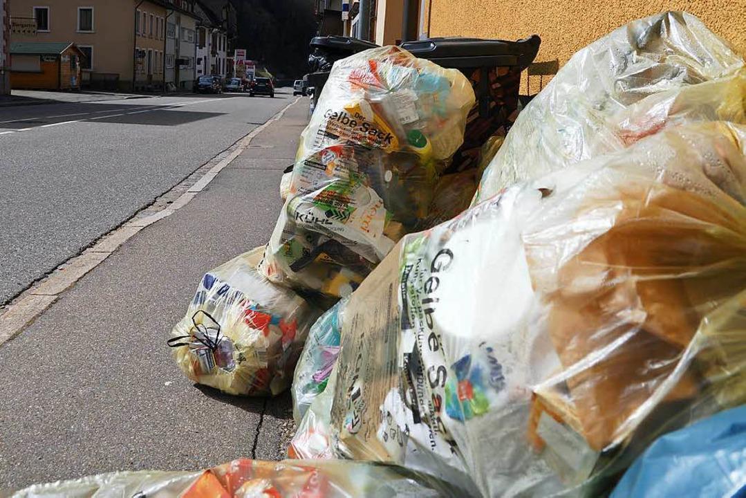 Sie bleiben erst mal liegen: die Gelben Säcke. Hier ein Bild aus Todtnau.  | Foto: Verena Wehrle