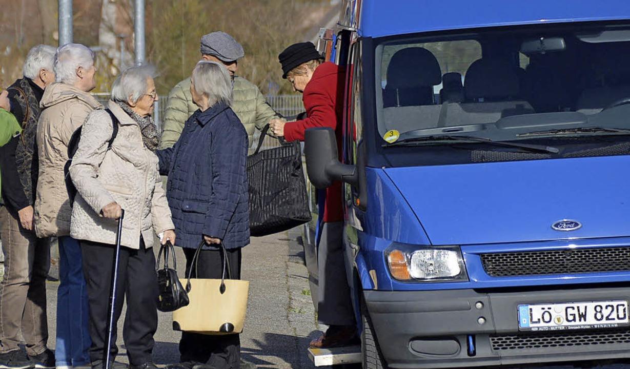Die Seniorinnen steigen in Wyhlen aus ...t bleibt eine Stunde für Besorgungen.   | Foto: Horatio Gollin