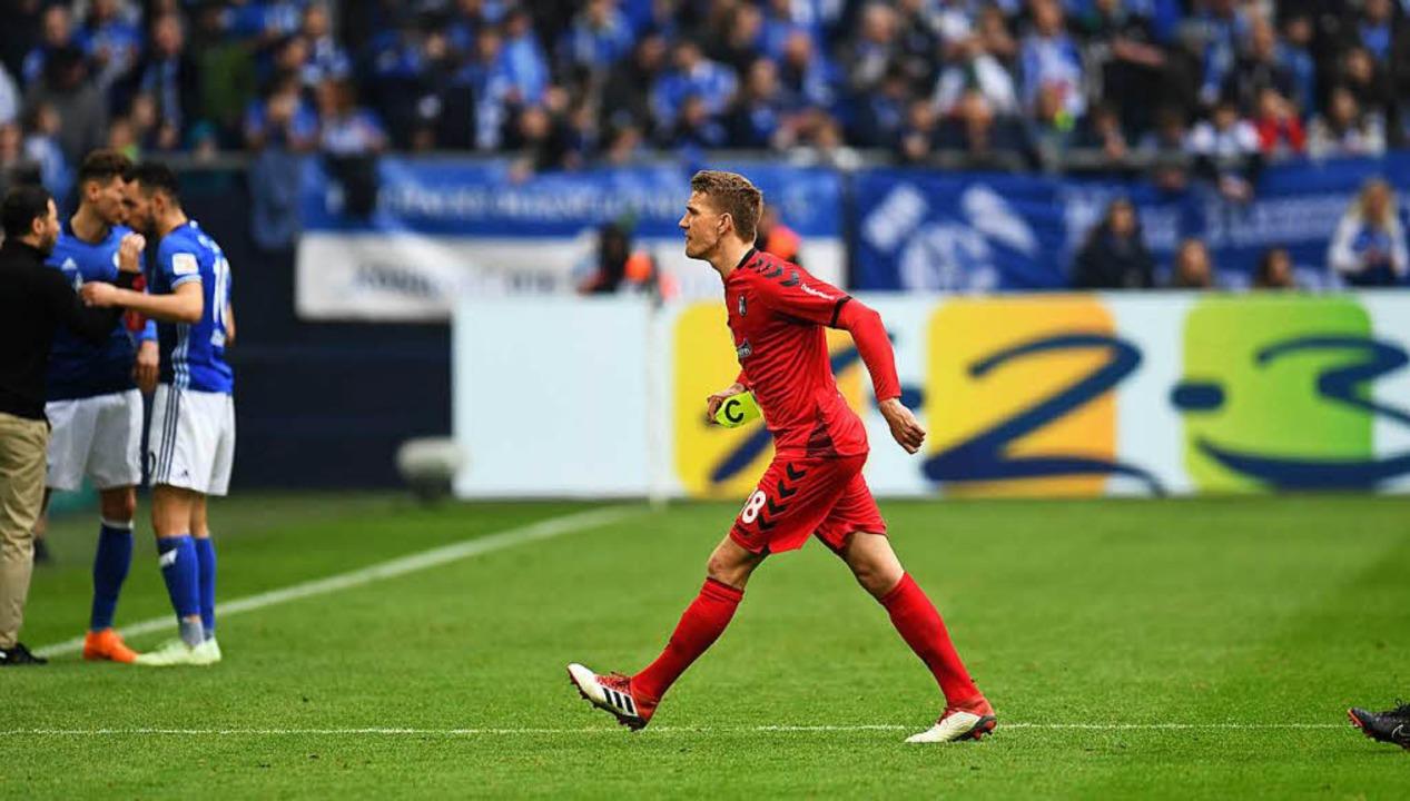 Nils Petersen muss den Platz beim Bund...amstag gegen den FC Schalke verlassen.  | Foto: AFP