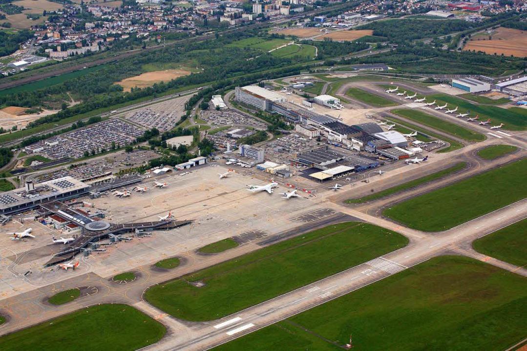 Das Terminal des Euroairports (links);... Abzweig zum Flughafen erhalten soll.     Foto: Meyer/Mahro