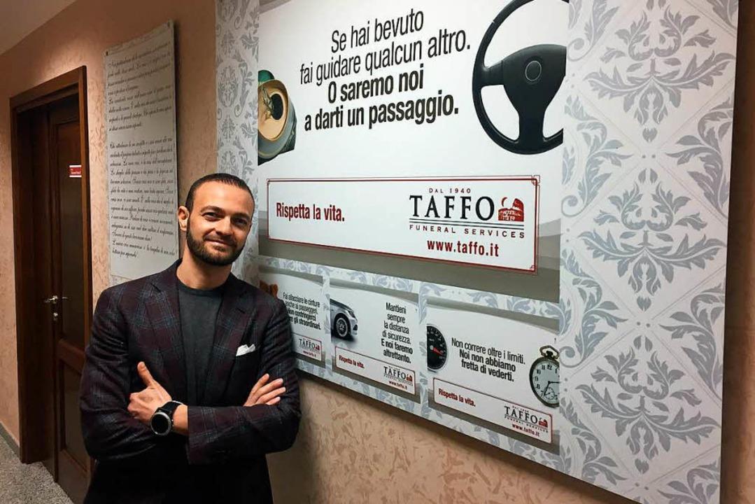 Alessandro Taffo vor einem seiner Werbeplakate  | Foto: dpa