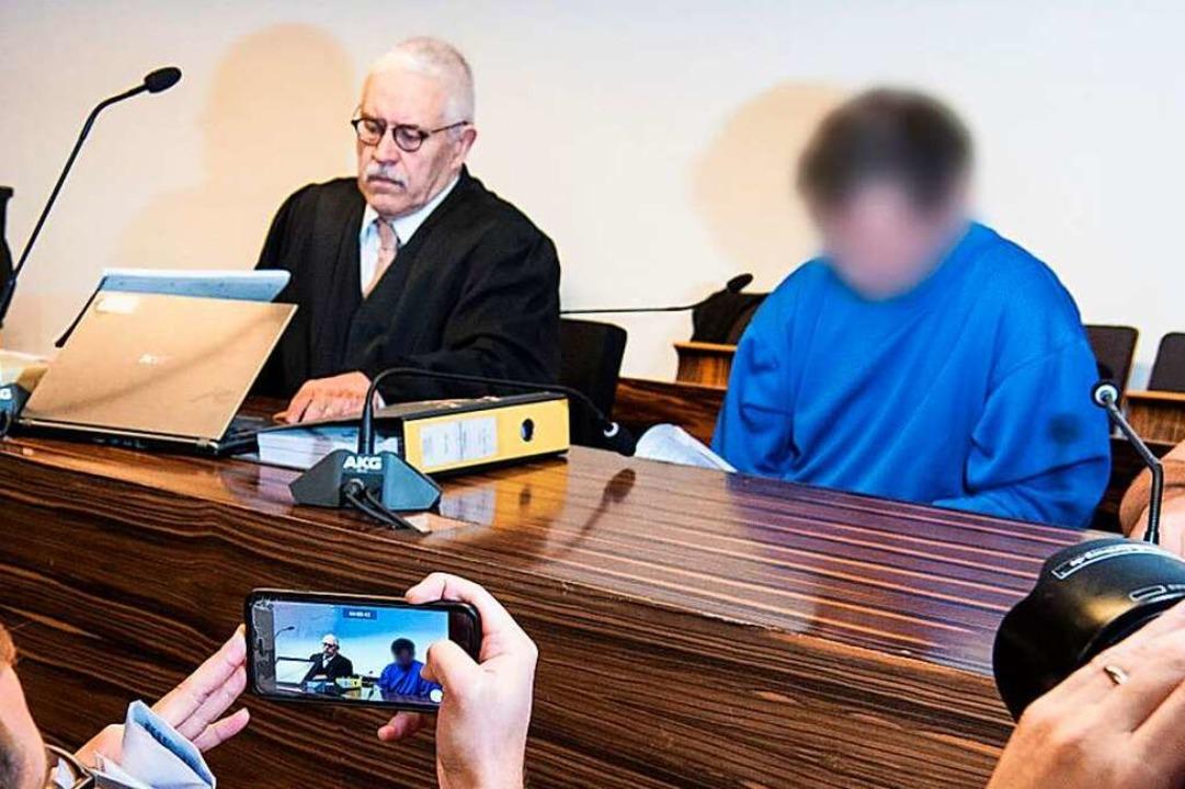 Klaus Malek (links) mit Catalin C., de...n fairen Prozess und Verteidigung hin.  | Foto: dpa