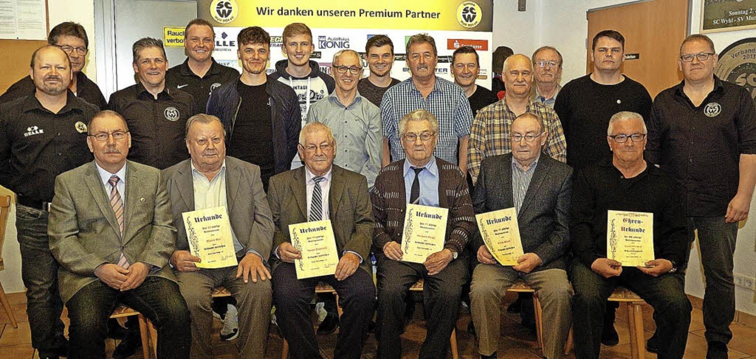 Simon Ehret (links) und Pascal Ruf (re...en zahlreiche langjährige Mitglieder.   | Foto: Jürgen Schweizer