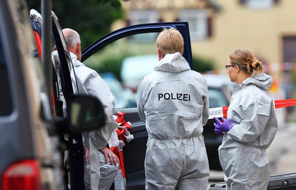 Ermittler am Tatort in Teningen    Foto: dpa