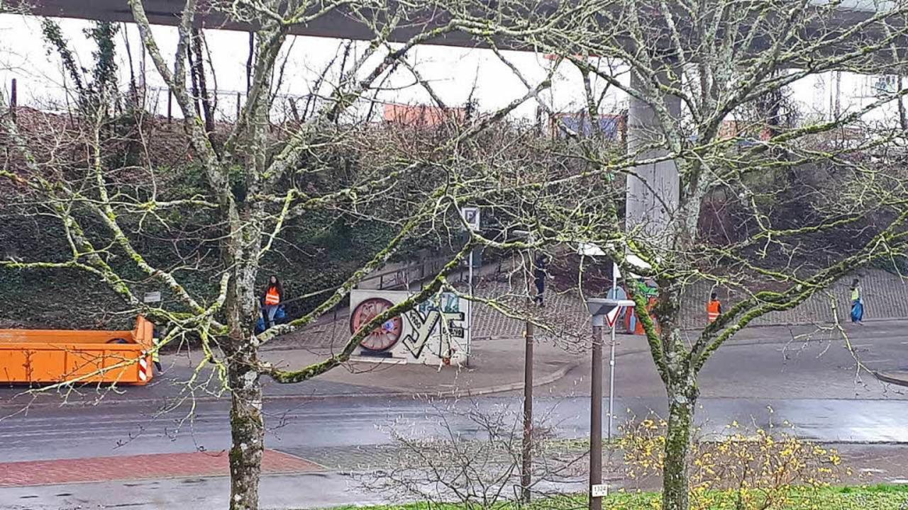 Dagegen wollen Ehrenamtliche etwas tun...gen unter der Autobahnbrücke Müll ein.  | Foto: Sa Brina