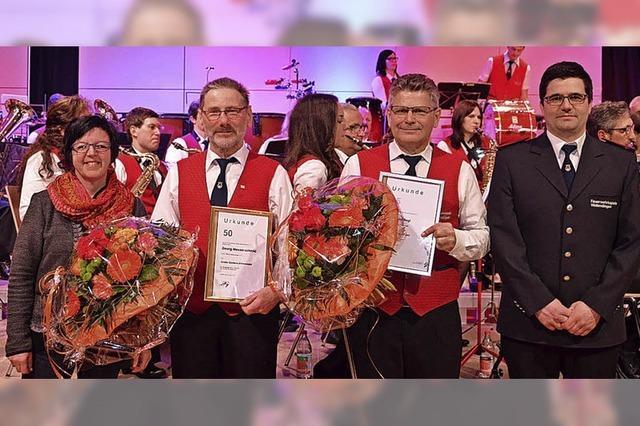 Zwei treue Musiker erhalten Verbandsehrennadeln