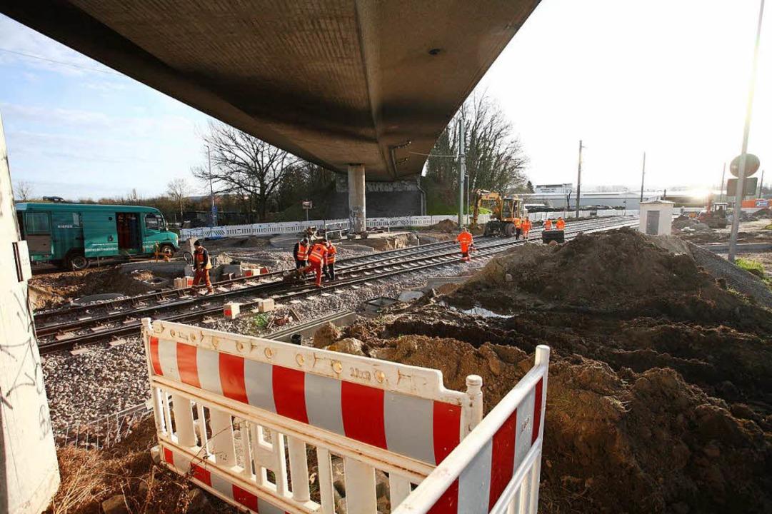 Fortschritte machen die Bauarbeiten am...tiefer gelegten Gleise liegen bereits.  | Foto: Martin Wendel