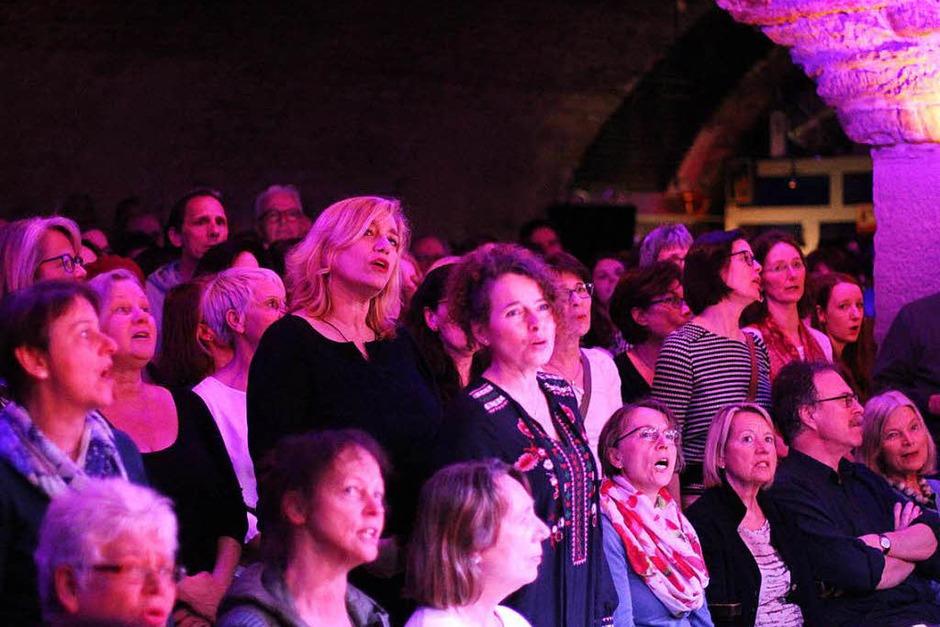 Gemeinsam mit Cécile Verny und dem Pianisten Christian Gutfleisch konnten das Publikum der Lust am Singen frönen. (Foto: Benedikt Metzger)