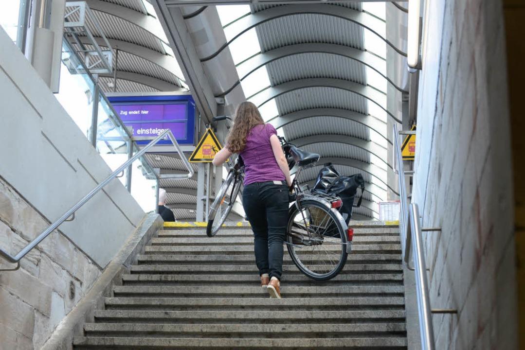 Wie komme ich nach der Ankunft am Gleis in Freiburg weiter?  | Foto: Rita Eggstein
