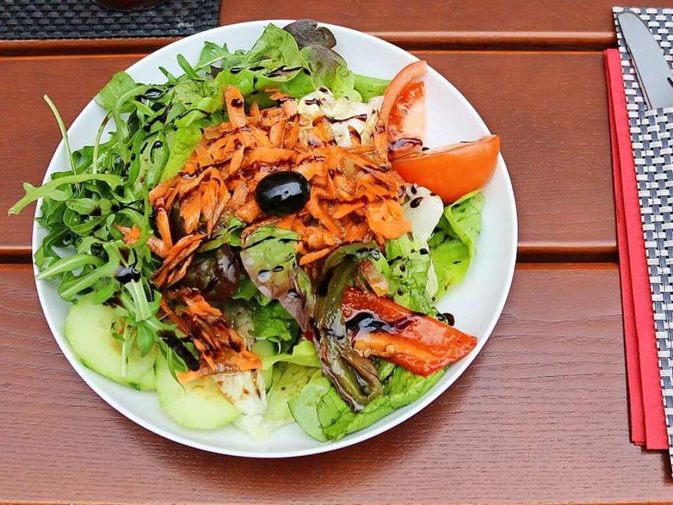 Der kleine Vorspeisensalat ist bei einigen Gerichten inklusive.  | Foto: Maleen Thiele