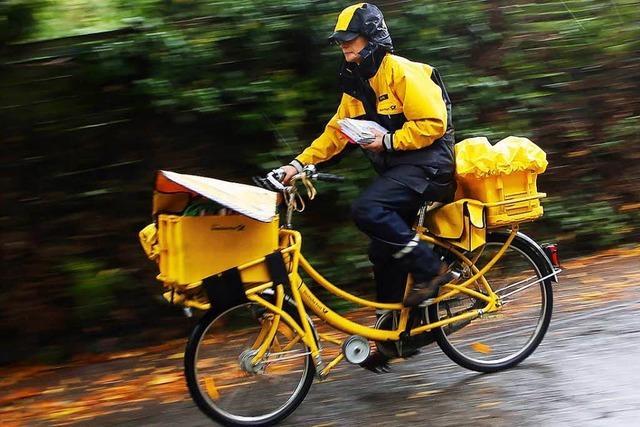 Der Postbote kümmert sich um alte Menschen