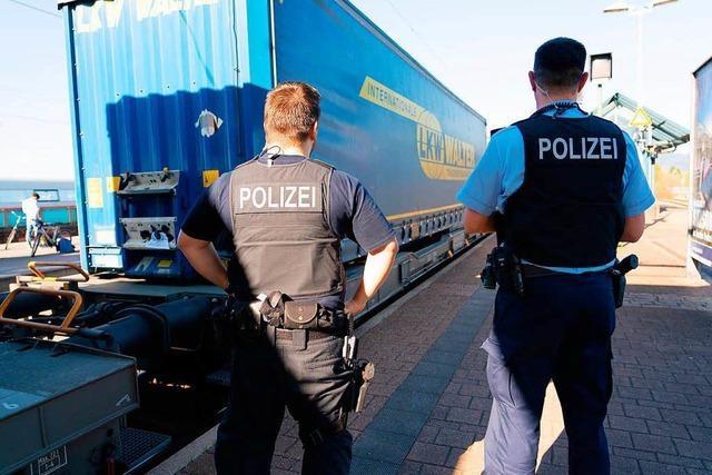 Menschen auf Güterzug - Rheintalbahn zeitweise gesperrt