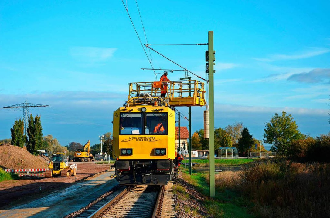 Oberleitungen für den Abschnitt Ending...el der Kaiserstuhlbahn werden gezogen.  | Foto: SWEG