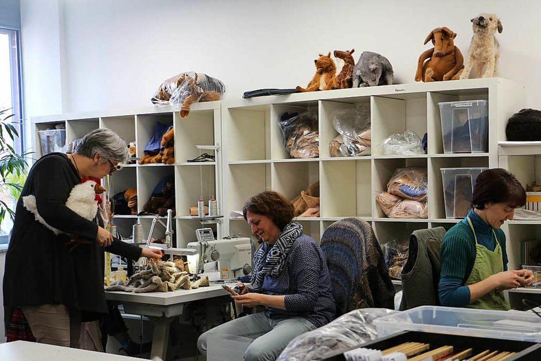 In aufwändiger Handarbeit entstehen di...ppen in der Manufaktur in Emmendingen.  | Foto: Ruth Seitz