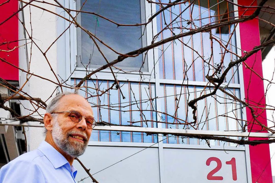 Der BUND-Aktive Henner Wenzel (Endinge... kein Vogel mehr mit den Glasscheiben.  | Foto: Ute Schöler