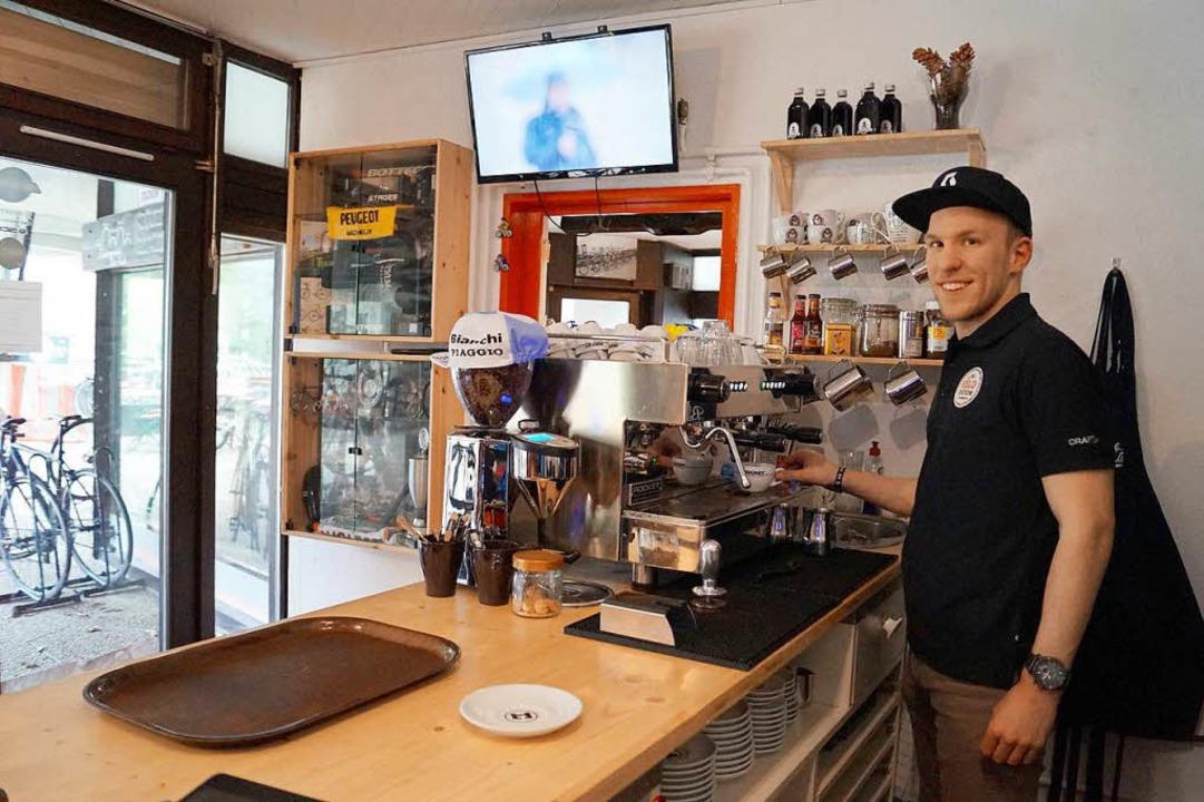 Im Fahrradgeschäft bereitet Mitarbeite... den 70er-Jahren einen Cappuccino zu.   | Foto: Hartenstein