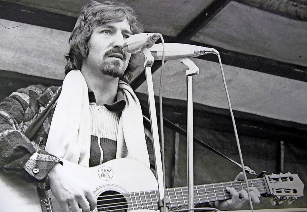 Roland Burkhart auf einer Demo in Wyhl...lanten Bauplatz des AKW im Jahr 1976.   | Foto:  privat