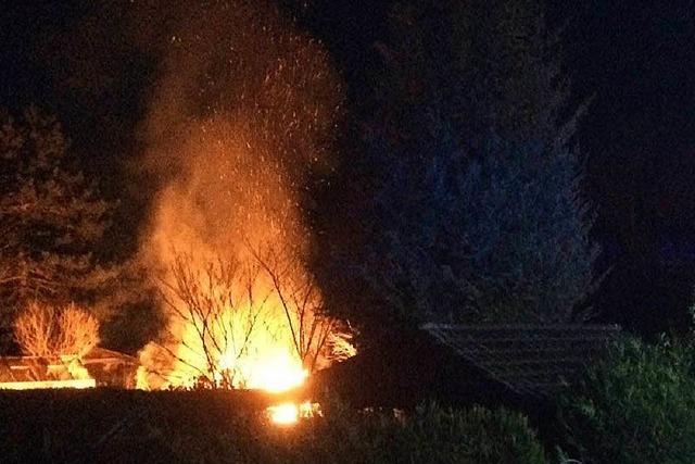 Gartenhaus einer Kleingartenanlage brennt ab