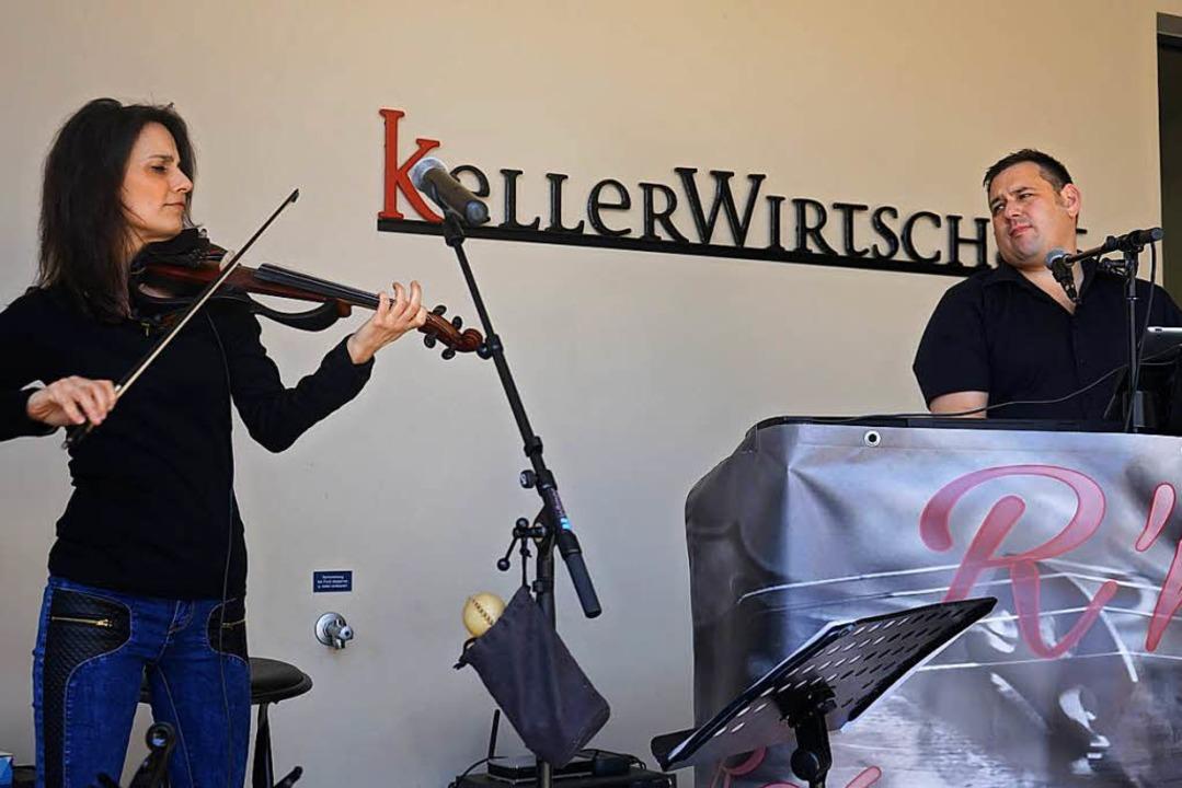 Musikalische Unterhaltung bieten Rebecca und Ralph.  | Foto: Julius Wilhelm Steckmeister
