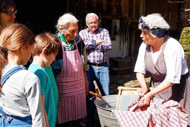 Monika Haller zeigte in Steinen, wie früher Wäsche gewaschen wurde
