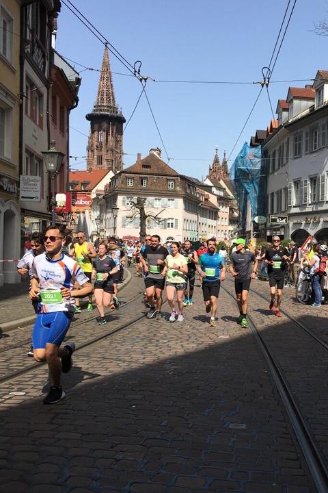 Rund 10.000 Teilnehmer gingen beim 15. Freiburg Marathon auf die Strecke.  | Foto: Carolin Buchheim