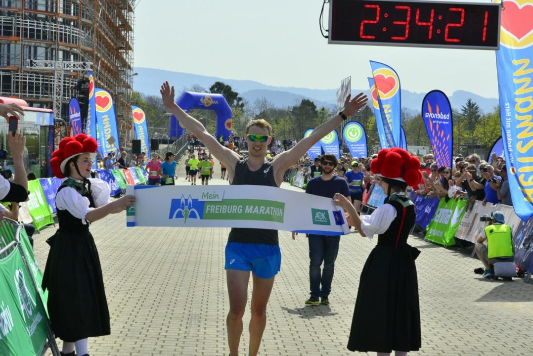 Der Marathon-Sieger Lukas Nägele beim Zieleinlauf  | Foto: Daniel Thoma