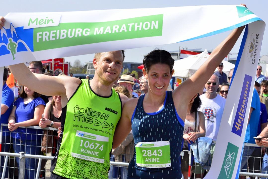 Die Siegerin im Halbmarathon: Anine Hell (rechts)  | Foto: Daniel Thoma