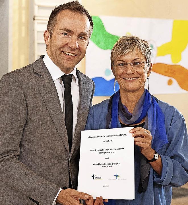 Die unterzeichnete Partnerschaftserklä...erd Möller und Dekanin Bärbel Schäfer.  | Foto: Martina David-Wenk