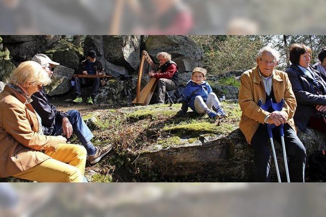 Mit Musik, Texten und Übungen durch den Wald