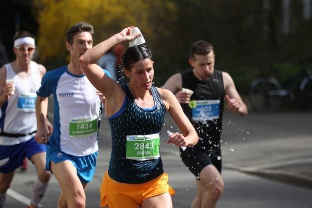 Die Hitze macht den Läufern beim Freiburg-Marathon zu schaffen
