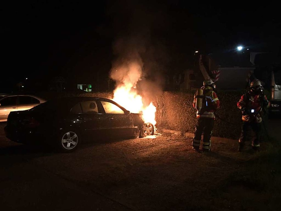 Als die Feuerwehr vor Ort eintrifft, s... im Bereich des Motorraums in Flammen.  | Foto: Feuerwehr