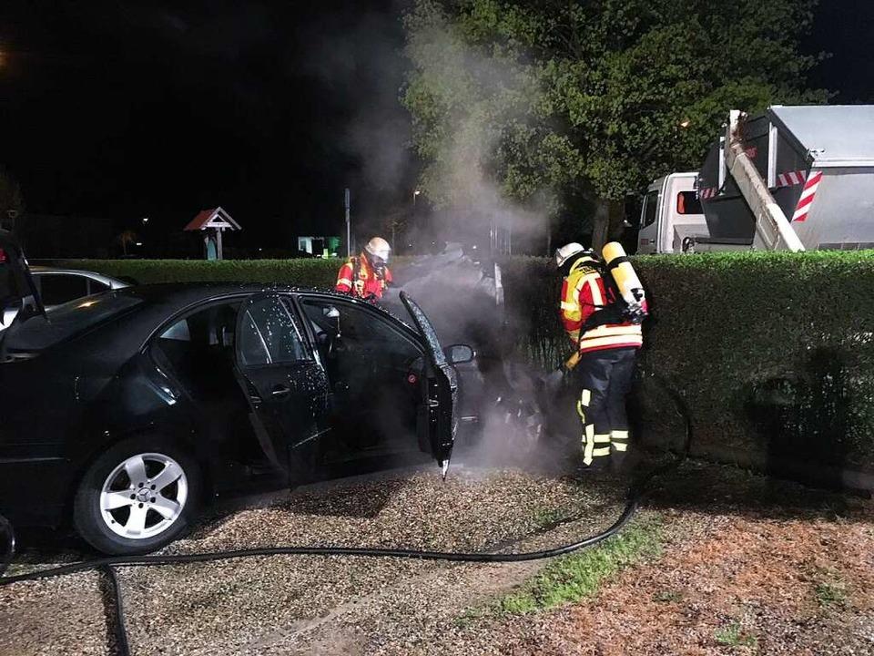 Nach kurzer Zeit war der Fahrzeugbrand gelöscht.  | Foto: Feuerwehr