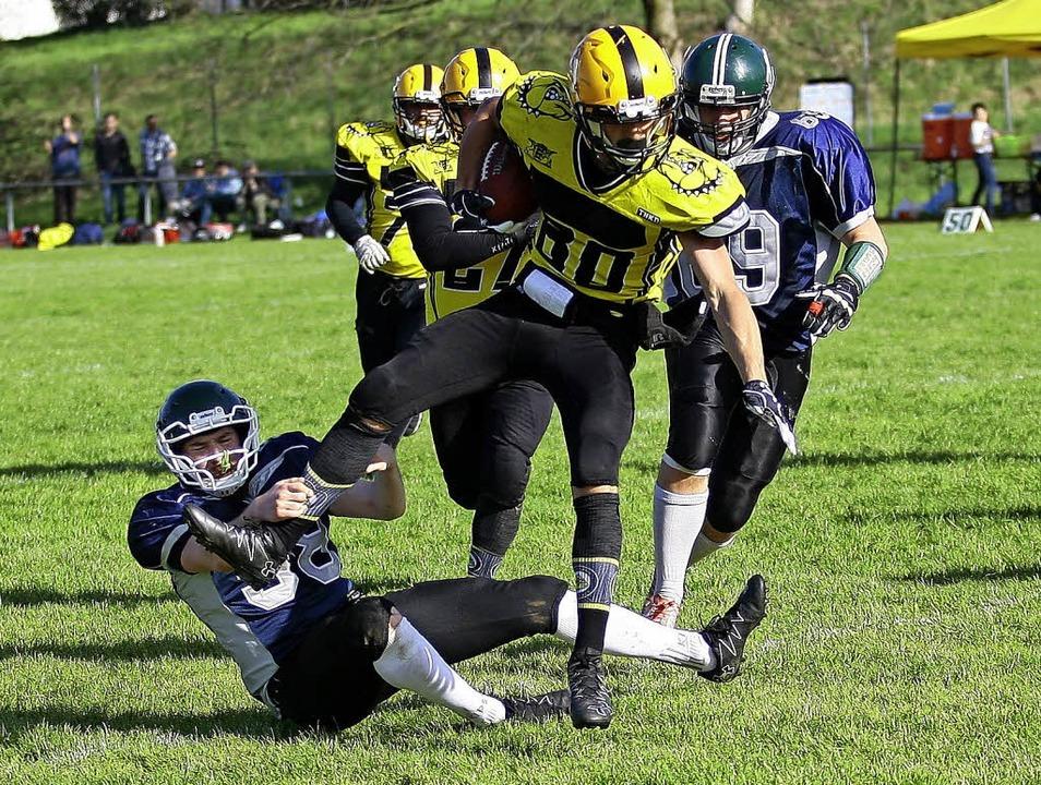 <BZ-FotoAnlauf>American Football:</BZ-...toppen einen Ludwigsburger Angreifer.   | Foto:  Peter Aukthun/Verein