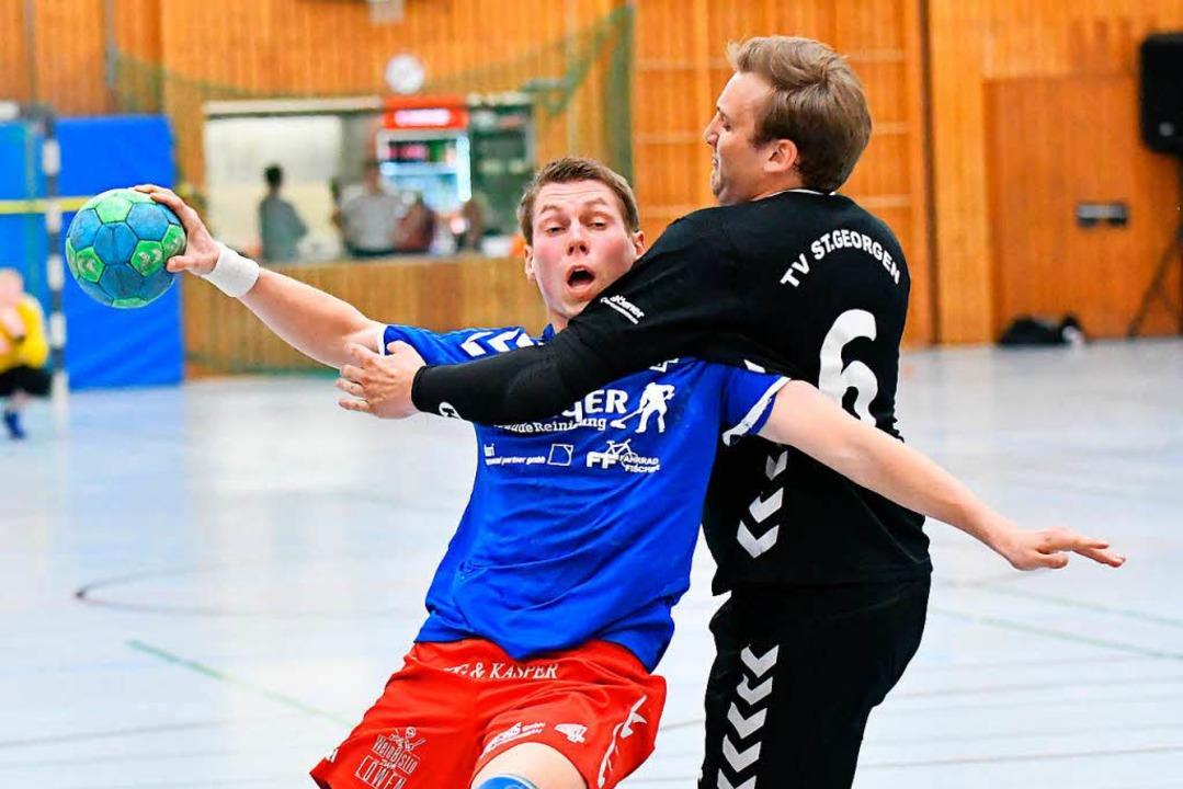 Der Kenzinger Denis Michelbach (links)...ner Niklas Holzmann unsanft gestoppt.   | Foto: Achim Keller