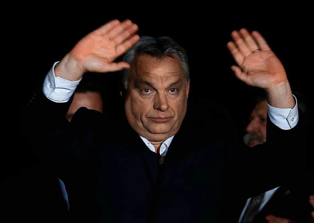 Viktor Orban, EU-kritischer Ministerp...ngarns, winkt seinen Unterstützern zu.  | Foto: dpa