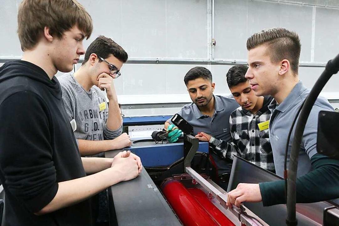 Jugendliche bei der Jobexpedition in der Druckerei Kaufmann.  | Foto: Christoph Breithaupt