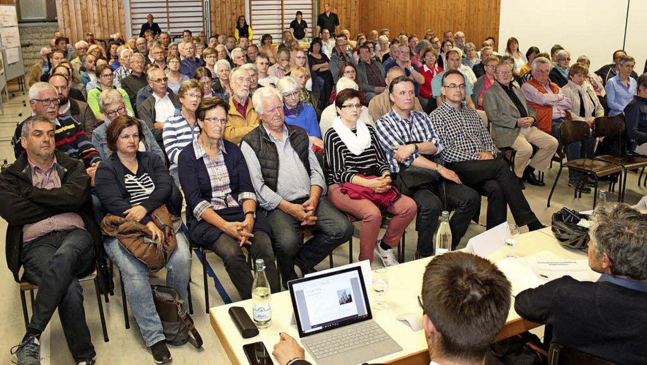 Bürgermeister und Experten referierten vor den Besuchern zu aktuellen Themen.   | Foto: Mario Schöneberg
