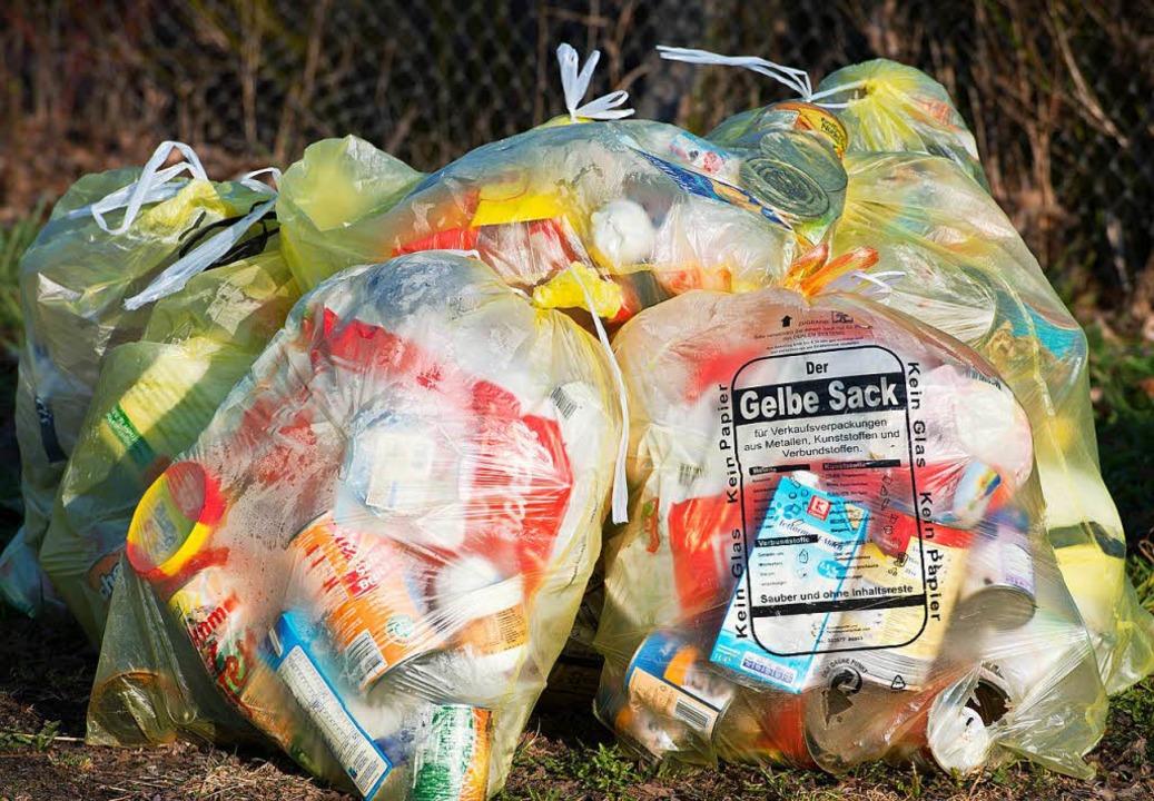 Wer im Supermarkt kauft, erhält ungewollt große Mengen an Plastikmüll.  | Foto: dpa