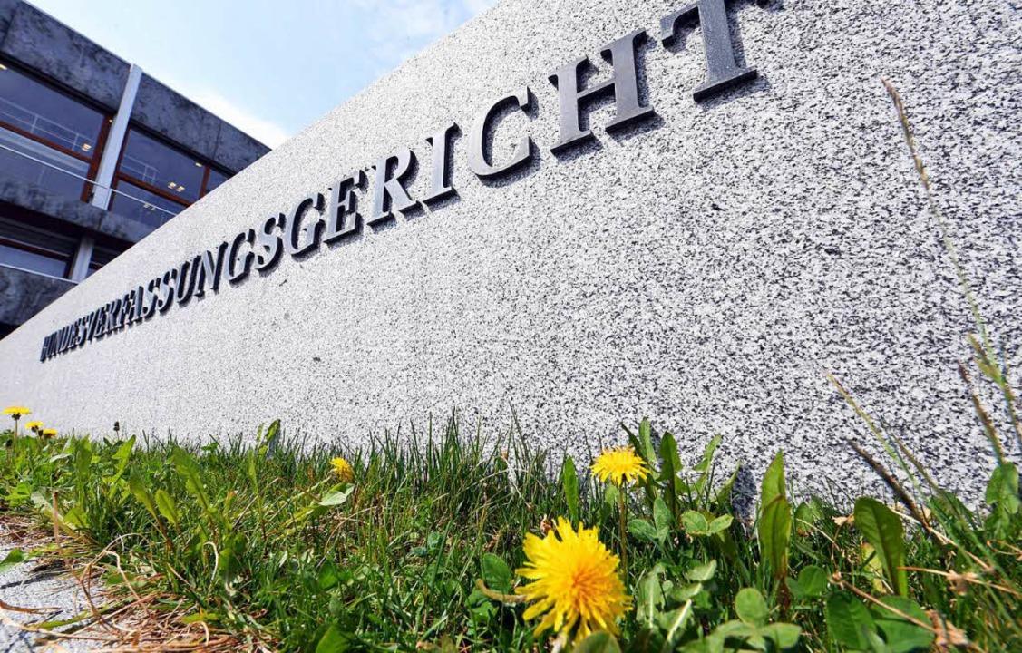Das Bundesverfassungsgericht in Karlsr...die Grundsteuer verfassungswidrig ist.  | Foto: dpa