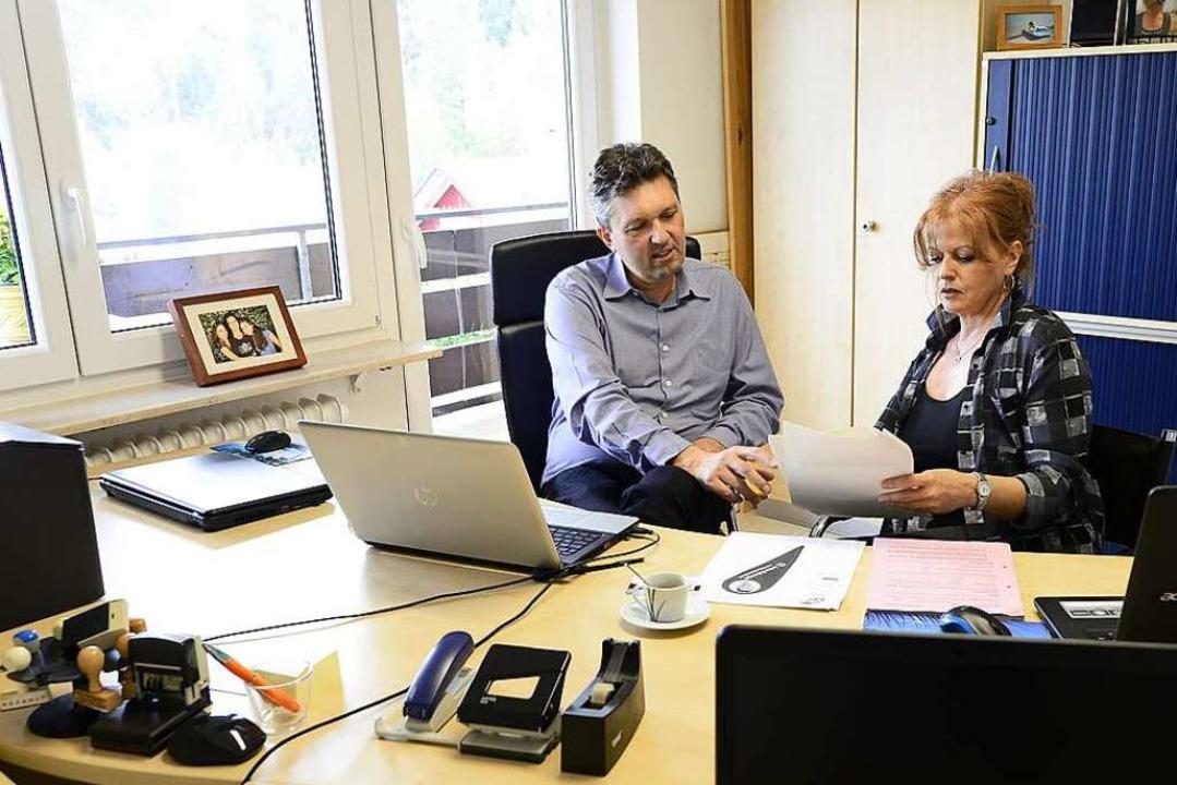 Anton Behringer mit seiner Lebenspartn...iterin  Maria Cazzato im  Home-Office.  | Foto: Ingo Schneider